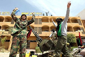 Повстанцы приняли за снайперов украинских поваров Каддафи