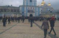 К забаррикадированному Михайловскому храму собираются активисты и нардепы