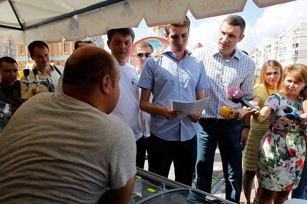 Дмитрий Белоцерковец (с документами) и Виталий Кличко инспектируют торговые точки