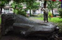 В Москве свалили памятник Ленину и оставили возле него ребус