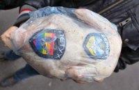 """В Сумах под здание МВД активисты принесли куриные тушки с нашивками """"Беркута"""""""