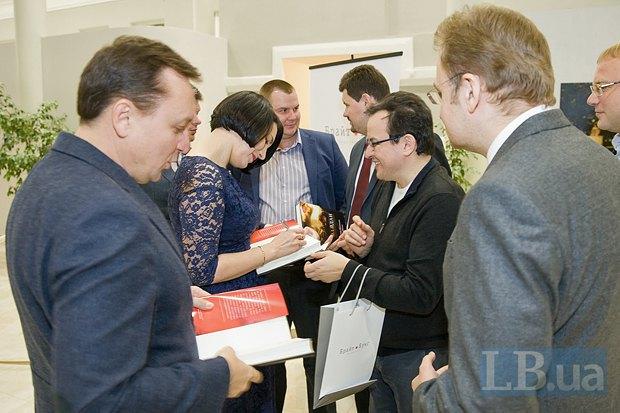 Соня Кошкина подписывает книгу для главы фракции Самопомощь Олега Березюка