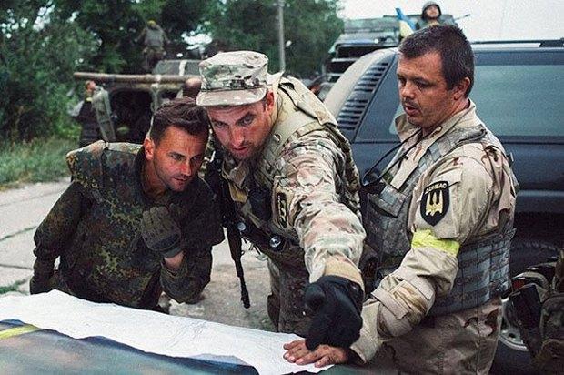 Семенченко (справа) та Сімка (в центрі) обговорюють план дій