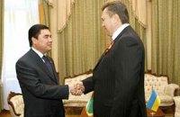 Януковичу в Туркменистане подарили элитного коня