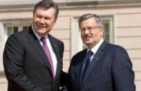 Янукович общается с президентом Польши