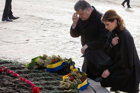 Порошенко с супругой наМихайловской площади почтили память жертв Голодомора
