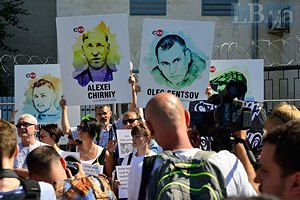 Под посольством России в Киеве прошла акция в поддержку Олега Сенцова