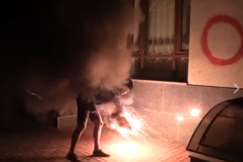 В Киеве забросали файерами здание Россотрудничества