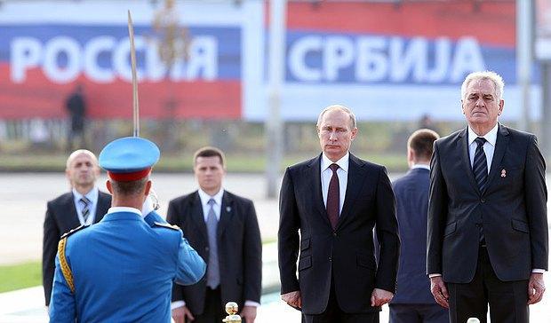 Президент РФ Владимир Путин и президент Сербии Томислав Николич (справа) на во время встречи в Белграде.