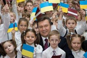 Януковичу сегодня покажут детское творчество