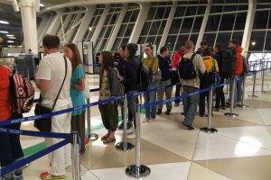 Эвакуированные из Непала украинцы проходят паспортный контроль в Баку