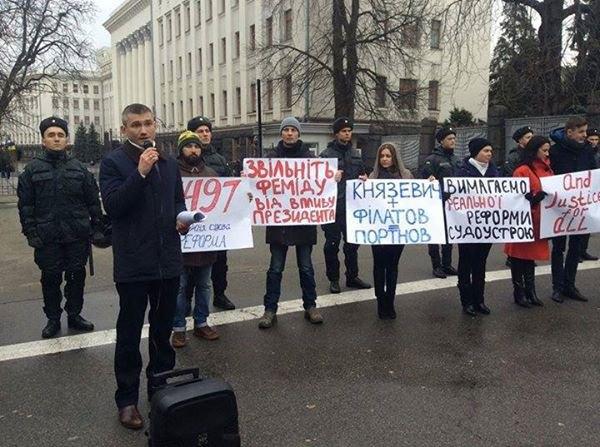 Роман Куйбіда під час акції проти президентського законопроекту про судоустрій