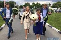 В аэропорт приехали мама и сестра Надежды Савченко (обновлено)