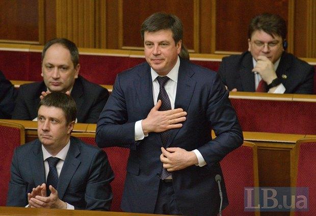 Геннадий Зубко (стоит)