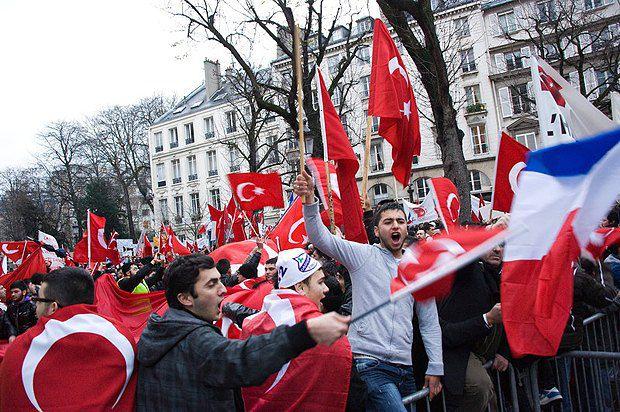 Турецкие активисты протестуют в Париже в 2011 году против признания францезским парламентом геноцида армян