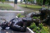 В Харькове неизвестные свалили памятник Артему