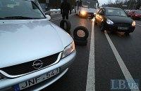 Владельцы машин с иностранной регистрацией частично заблокировали въезд в Киев и подожгли шины