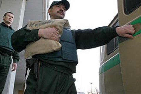 Грабіжники викрали в інкасаторів 2,4 мільйона 4