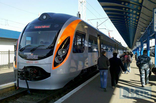 Поезд Hyundai на центральном вокзале в Киеве