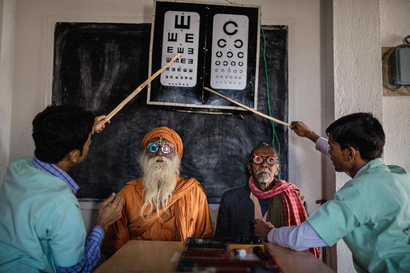 Медработники проверяют зрение местного населения, район Сундарбан, Индия