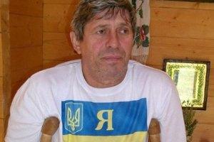 Голодающего возле дома Ющенко пообещали сжечь