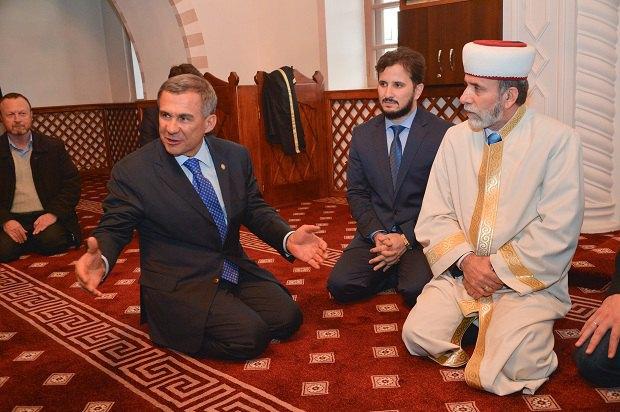Рустам Минниханов (первый слева на первом плане) в Соборной мечети в Симферополе, март 2014 года