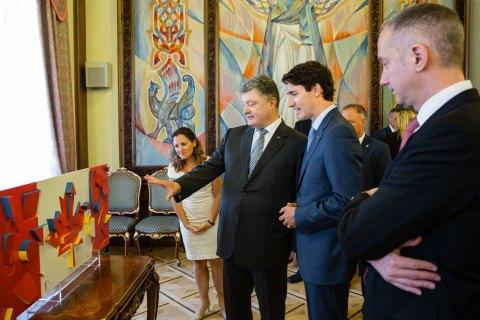 Трюдо подарили флаг Канады в стиле украинского авангарда