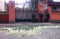 """Перед российским консульством во Львове выставили тысячу """"зеленых человечков"""""""