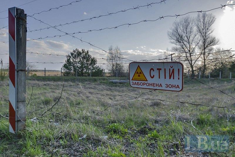 Ограждение из колючей проволоки с предупредительными знаками. Так встречает Чернобыльская АЭС на подъезде к КПП <<Дитятки>>