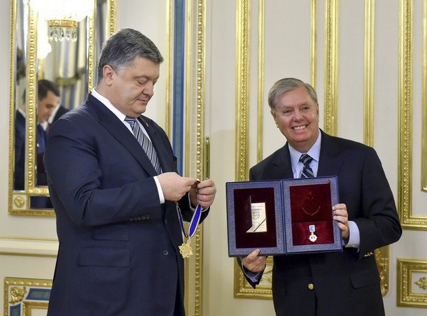 Порошенко вручает орден Ярослава Мудрого Линдси Грэму