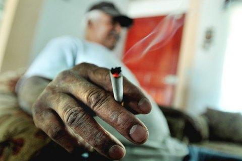 Курение обходится мировой экономике в1 трлн долларов вгод,— ВОЗ