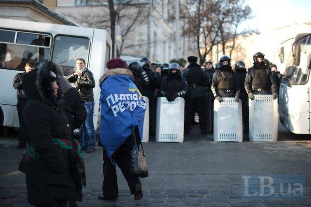 Митинг со всех сторон окужен кордоном милиции, людям приходится обходить Европейскую площадь через Владимирскую горку