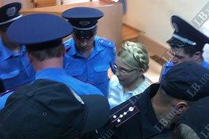200 человек митингуют у Печерского суда в поддержку Тимошенко
