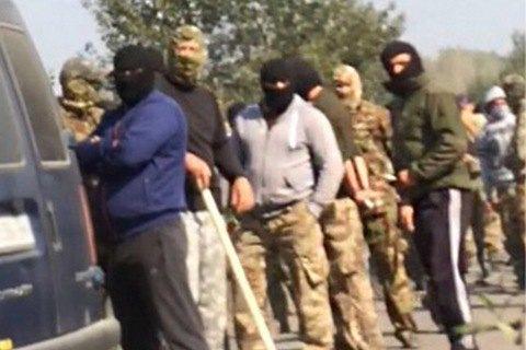 Сотни разъяренных добытчиков янтаря забросали камнями полицейских на Украине