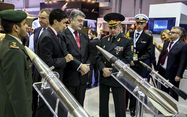 Петр Порошенко на международной выставке вооружений и военной техники IDEX-2015, проходящей в Абу-Даби
