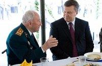Янукович показал, как правильно пить водку