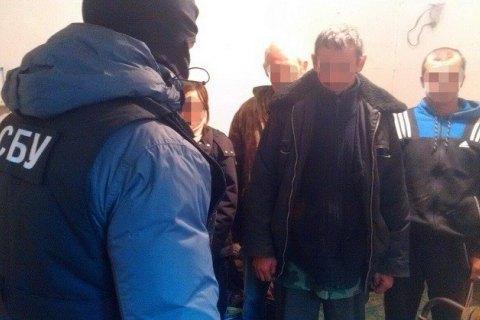СБУ пресекла работу фермы, где нелегально использовали труд сотни бездомных