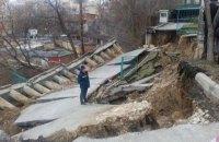 В Киеве из-за оползня обвалилась опорная стена жилого дома (обновлено)