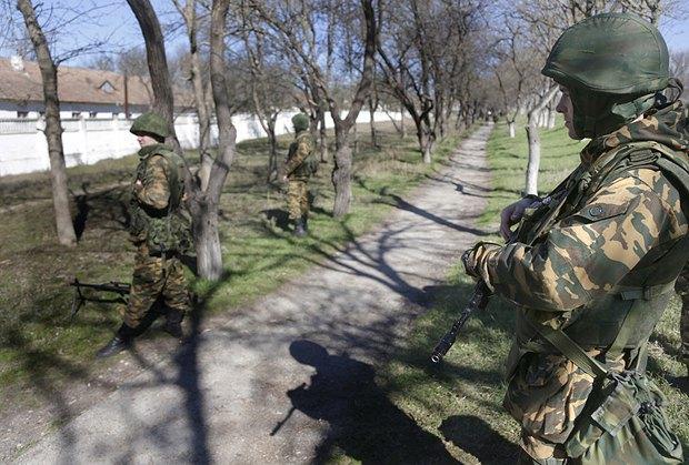 Вооруженные люди под военной частью украинской армии в Бахчисарае. 03.03.2014