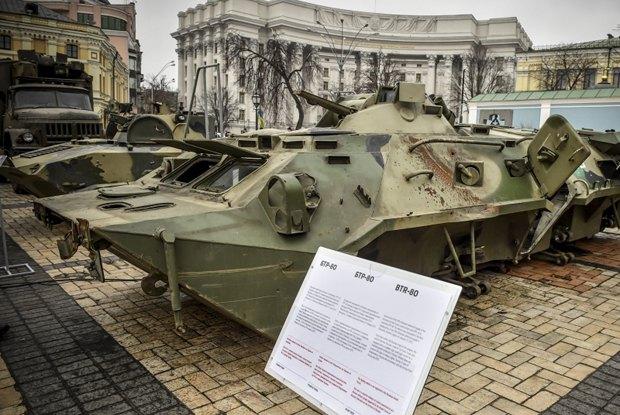 БТР-80 на выставке доказательств агрессии российских войск на Донбассе в Киеве на Михайловской площади