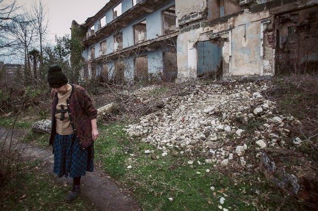 Женщина, бежавшая из Абхазии в 90-х, неподалеку от временного места проживания для внутренне перемещенных лиц в Цхалтубо, Грузия
