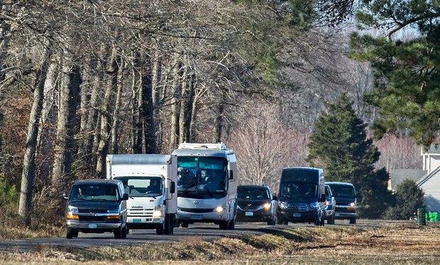 Колонна автомобилей с дипломатическими номерами отъезжает от российской дачи, после оглашения о высылке 35 российских дипломатов из США, штат Мэриленд, США, 30 декабря 2016 года.