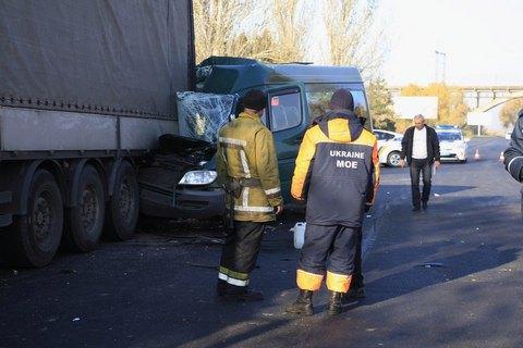 ВДнепре cотрудники экстренных служб вырезали пострадавших вДТП пассажиров маршрутки