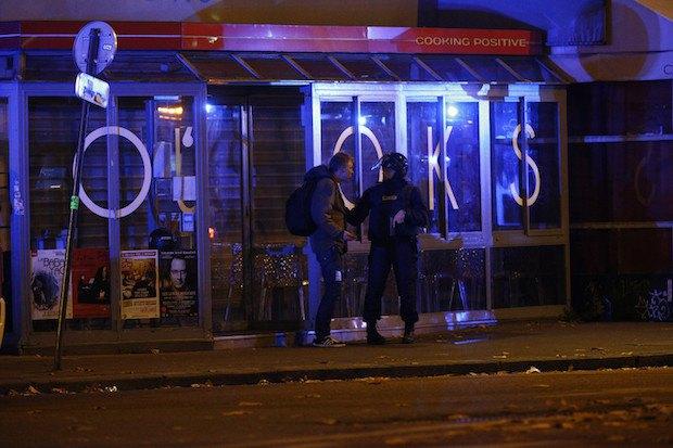 Полицейский возле концертного зала, где держат заложников
