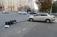 В Киеве вор, пытаясь скрыться от полиции на автомобиле, сбил светофор