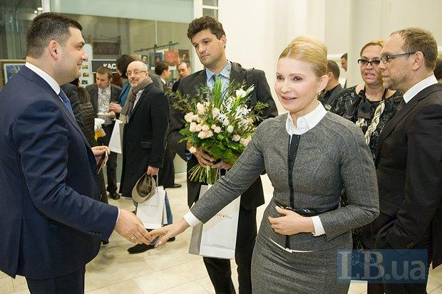 Юлия Тимошенко здоровается с Владимиром Гройсманом, справа на фоне - Александра Кужель и Сергей Власенко