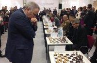 Каспаров поддержал украинскую армиию игрой в шахматы