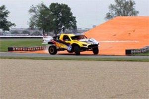 Ведущий американского Top Gear прыгнул на машине с 4WD с трамплина на 101 метр