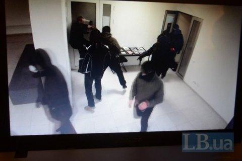 У Києві люди в масках розгромили виставку Давида Чичкана