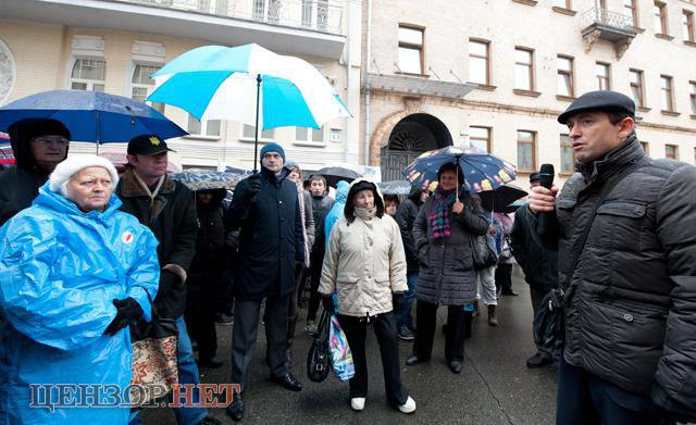 Виктор Романюк вместе с активистами во время пикета Администрации Президентас требованиями прекратить фальсификации на округе